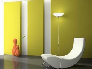 El amarillo puro rompe con el blanco perlado de la pared y el gris oscuro del piso